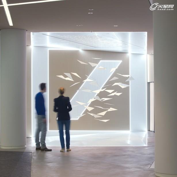 第三组装置以一种富有想象力,艺术化的方式去诠释品牌。在这里,银行 logo 成为一个动态雕塑,logo 中心对角线由三维空间中的48个三角形面片构成,随着三角形之间协调动作,整体组合流淌变换。此外,三角形表面作为投影介质,可播放动态画面。